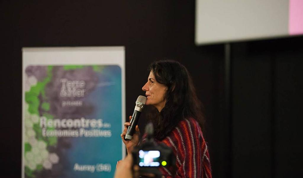 L'auteure Isabelle Delannoy intervenant lors des Journées des Économies Positives - DR