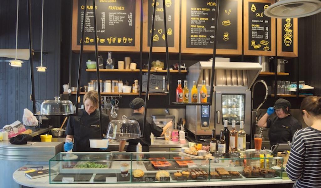 Le café Joyeux, à Rennes emploie principalement des personnes en situation de handicap. Il fait figure d'exception sur le marché de l'emploi - Crédit Benoit Vandestick