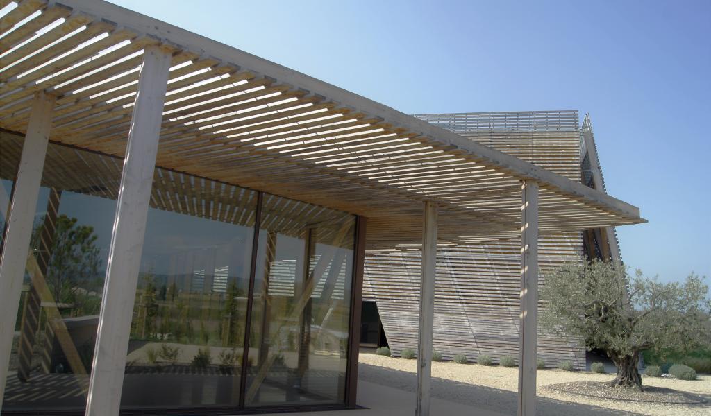 La Boiserie, à Mazan (84), salle de spectacle construite en bois du Ventoux et isolation paille. Crédit : FD