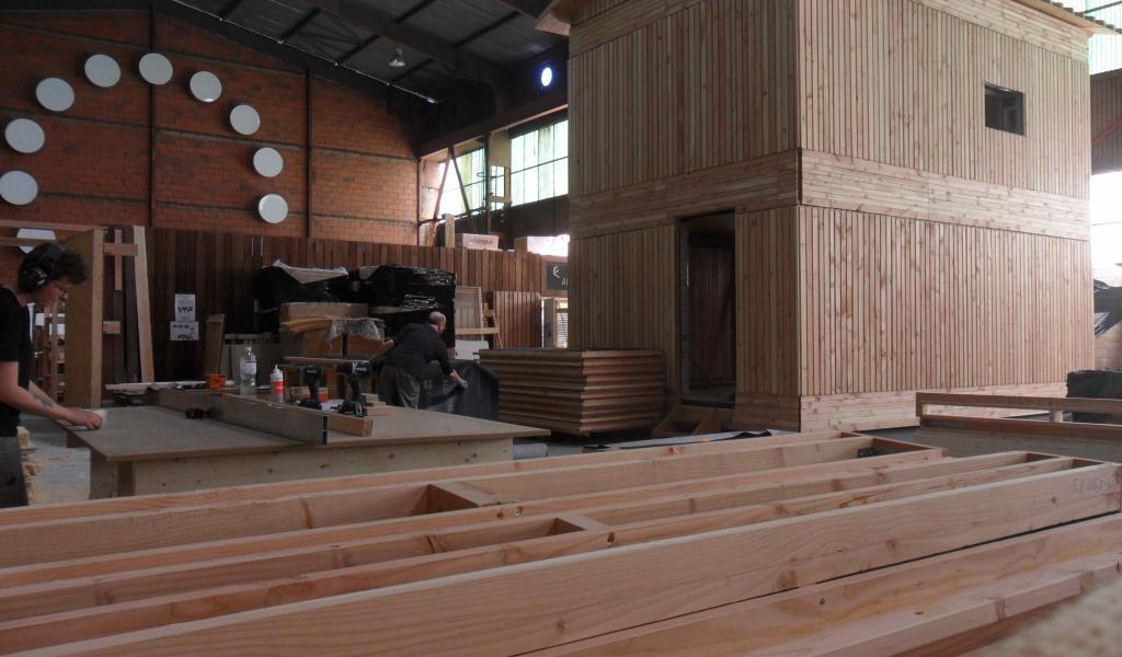 Un chalet en construction dans l'atelier de Bois & Cie - Crédit : Bois et cie